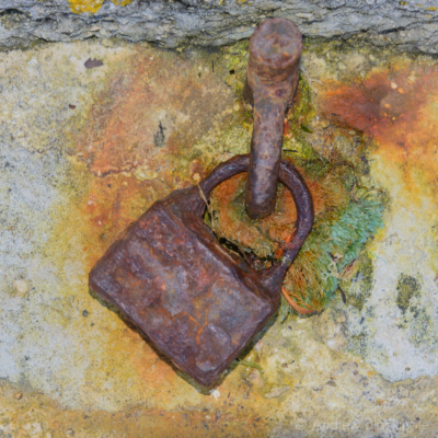 Portland-rusted-padlock-near-the-harbour-22_03_15