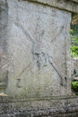 Portland-skull-and-crossbones-on-tomb-in-St.-Andrews-Church-graveyard-22_03_15-2