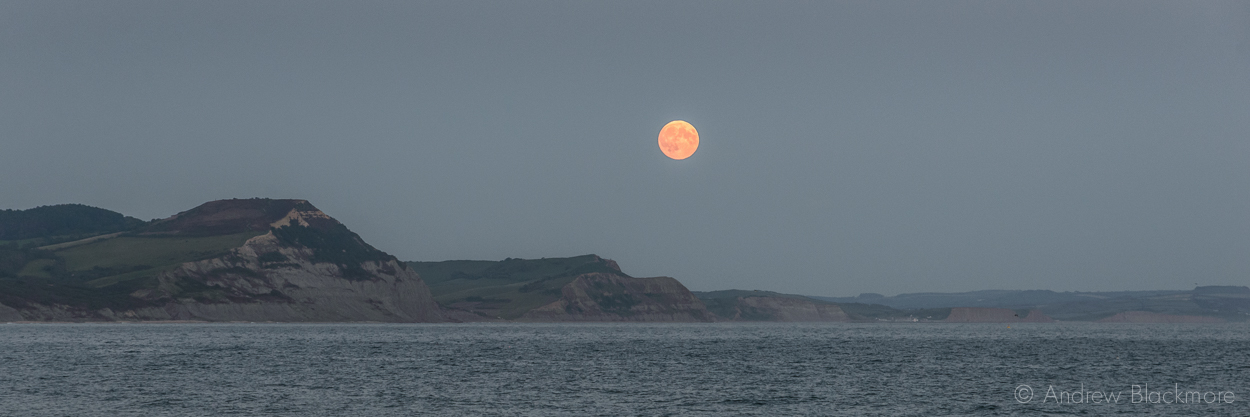 Red-moon-over-Golden-Cap-from-Lyme-Regis-27_09_15-1-pan