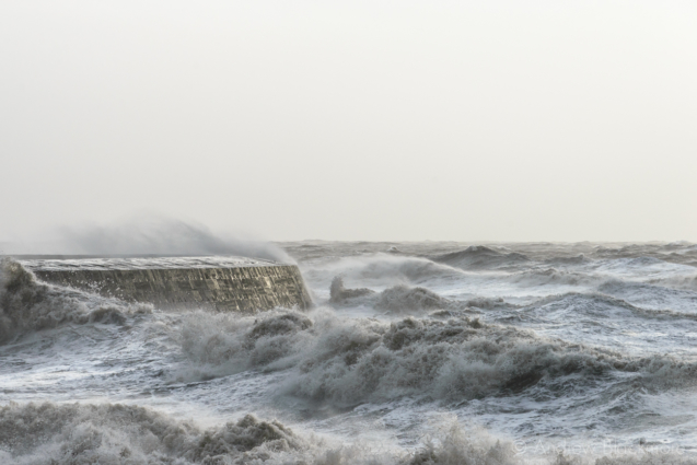 Stormy-sea-at-The-Cobb,-Lyme-Regis-30_12_15-01