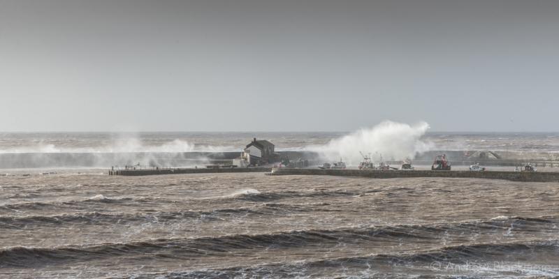 Waves-breaking-over-the-Cobb,-Lyme-Regis-08_02_14-2-pan