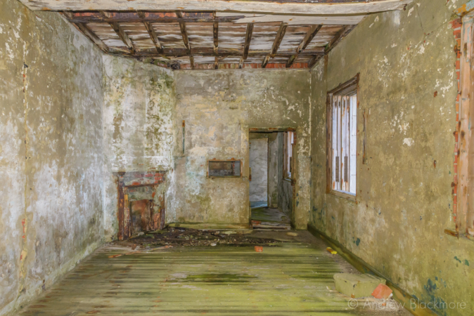 Portland-the-Breakwater-Fort-building-interior-with-fireplace-(south-side)-26_08_16-1