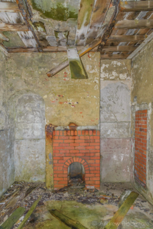 Portland-the-Breakwater-Fort-building-interior-with-fireplace-(south-side)-26_08_16-2