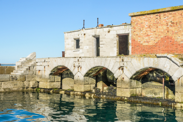 Portland-the-Breakwater-Fort-quayside-arches-and-buildings-26_08_16-2