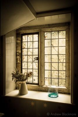 Staircase-window-in-The-Sundial,-Lyme-Regis-31_01_16-v2