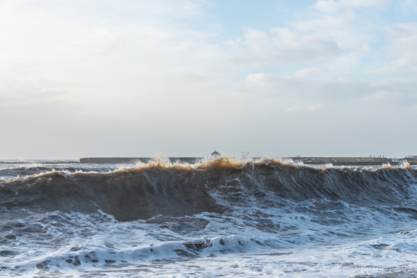 Stormy-sea-and-waves-breaking-on-Cobb-Gate-Beach,-Lyme-Regis-24_12_13-4