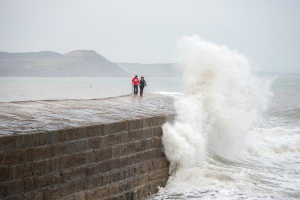 Waves-breaking-on-The-Cobb,-Lyme-Regis-23_12_12-4