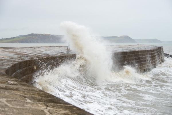 Waves-breaking-on-The-Cobb,-Lyme-Regis-23_12_12-5